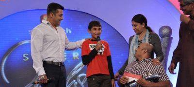 Salman Khan Smiling Still At IBN 7 Super Idols Award Ceremony
