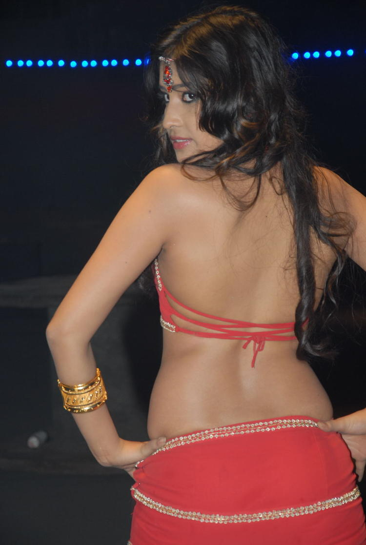 Divyayani Cute Sexy Pose Photo Shoot On Thikka Movie Location