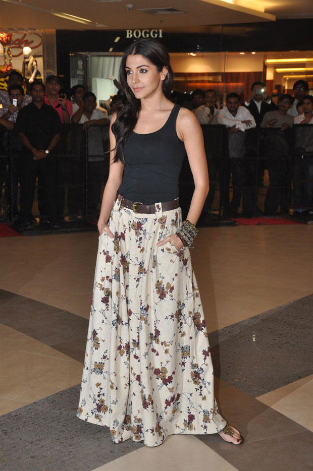 Anushka Sharma Nice Pose At Talaash Premiere Show