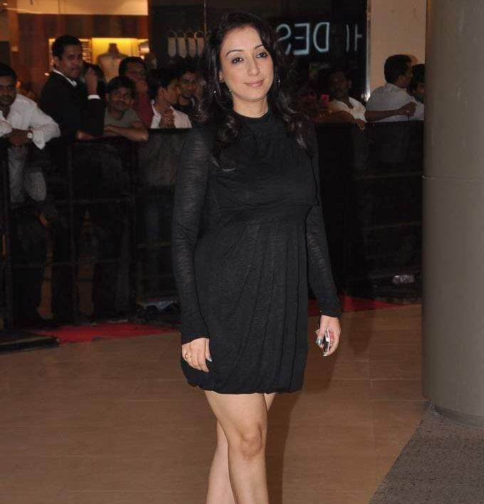 A Hot Celeb In Short Black Dress At Talaash Premiere
