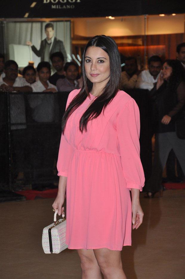 Minissha Wearing Pink Dress Attend The Talaash Premiere Show