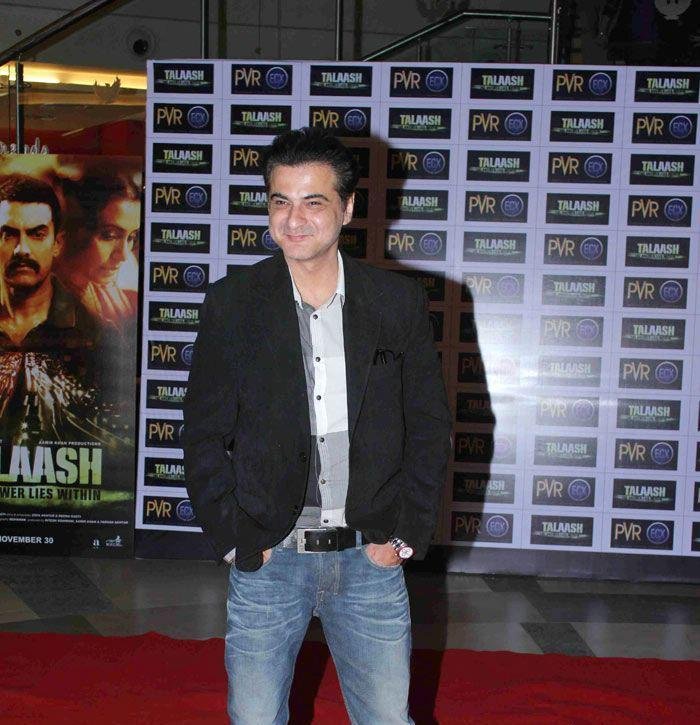 Sanjay Kapoor Posed During The Premiere Of Talaash Movie