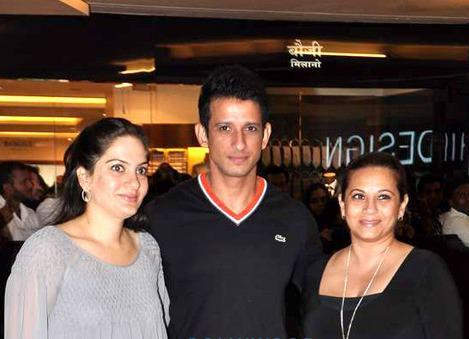 Sharman With Mansi And A Friend Clicked At Talaash Premiere
