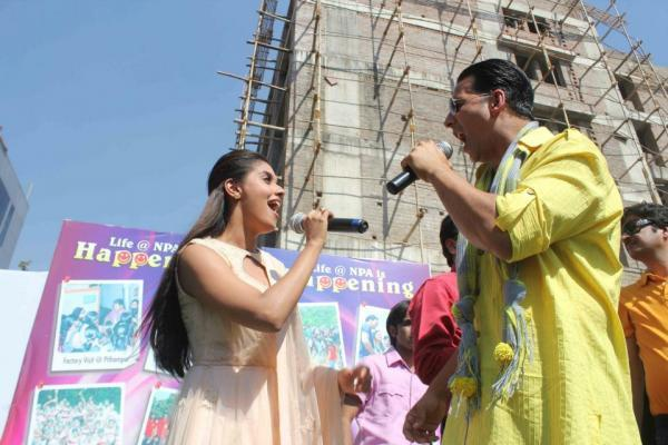 Akshay And Asin Perform A Song On Promotion Of Khiladi 786 In Indore