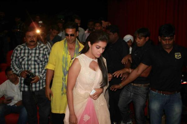 Akshay And Asin Photo Clicked While Arrived At Indore To Promote Khiladi 786