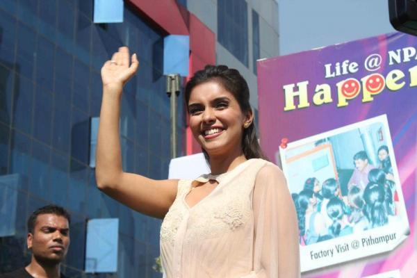 Asin Greets The Fans At Indore During Promotion Of Khiladi 786