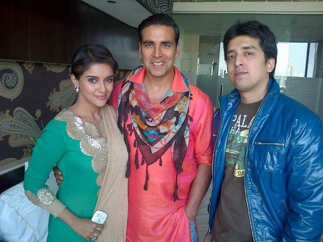 Akshay And Asin With A Fan Posed For Camera At The Westin Hotel