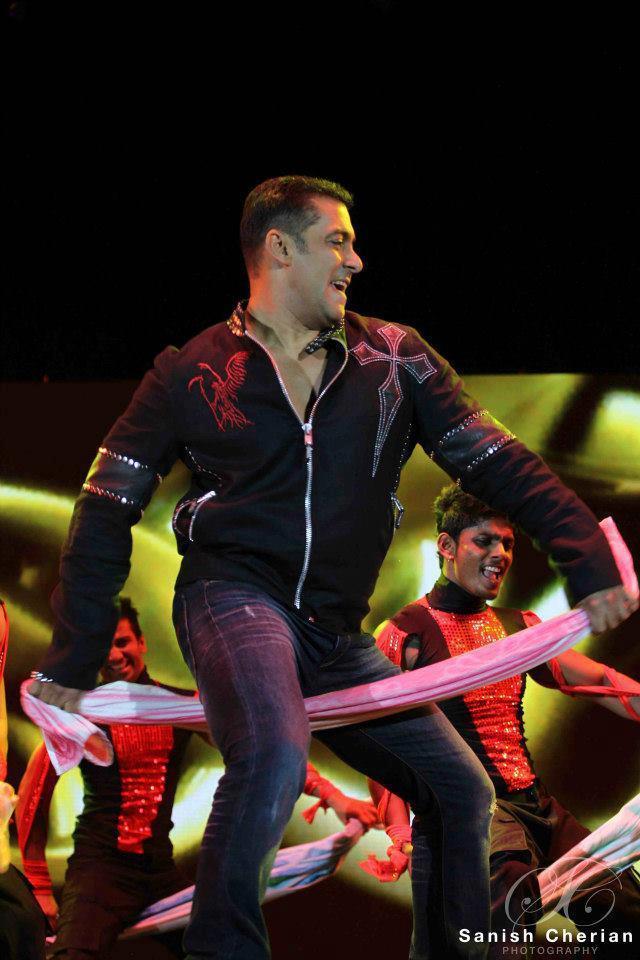 Salman Dancing On Mujhse Sadi KarogeMovie Song At Ahlan Bollywood Concert 2012