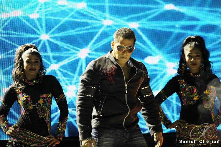 Salman Jiggle Style Perform At Ahlan Bollywood Concert 2012
