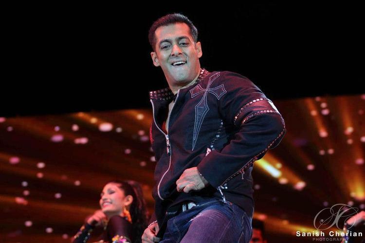 Salman Performing Dance At Ahlan Bollywood Concert 2012