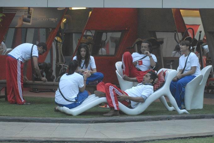 Santosh,Karishma,Vishal And Urvashi Photo In Garden Area On Day 57 In Bigg Boss 6