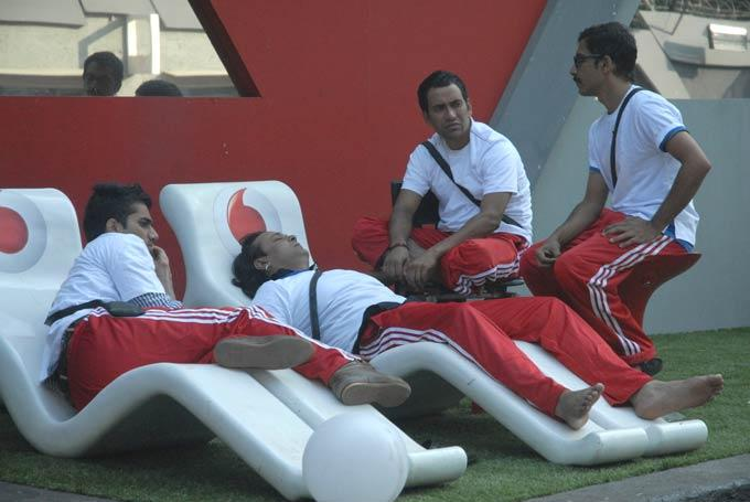 Vrajesh,Santosh,Vishal And Dinesh Sleeping Photo On Day 57 In Bigg Boss 6