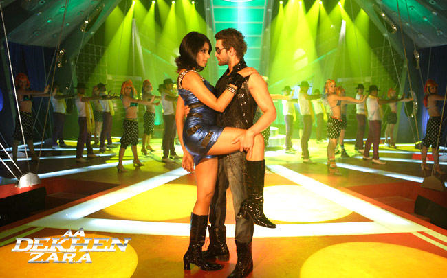 Neil Mukesh And Bipasha Hot Dancing Still From Aa Dekhen Zara Movie