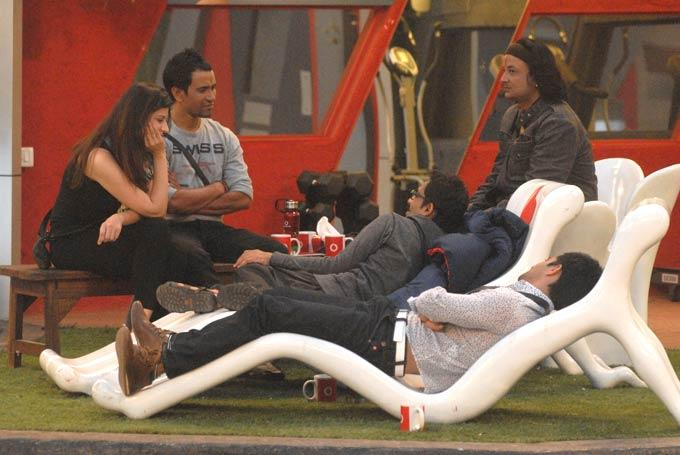 Dinesh,Karishma,Santosh,Vrajesh And Vishal Snapped In Garden Area On Day 59 In Bigg Boss 6