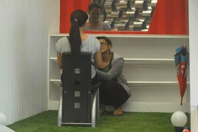 Sana And Aashka Photo Clicked On Day 59 In Bigg Boss 6
