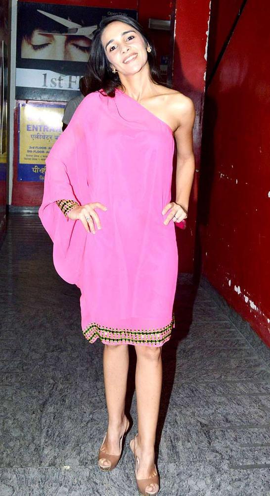 Tara Sharma Posed For Camera At Khiladi 786 Screening