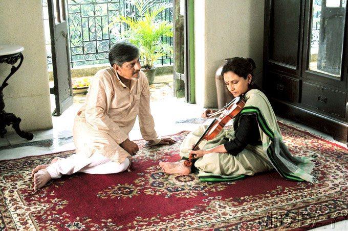 Sharmila Tagore And Amol Palekar In Samantar