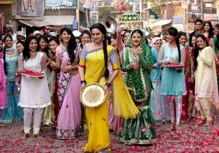 Sonakshi In Saree Perform A Song On Dabangg 2