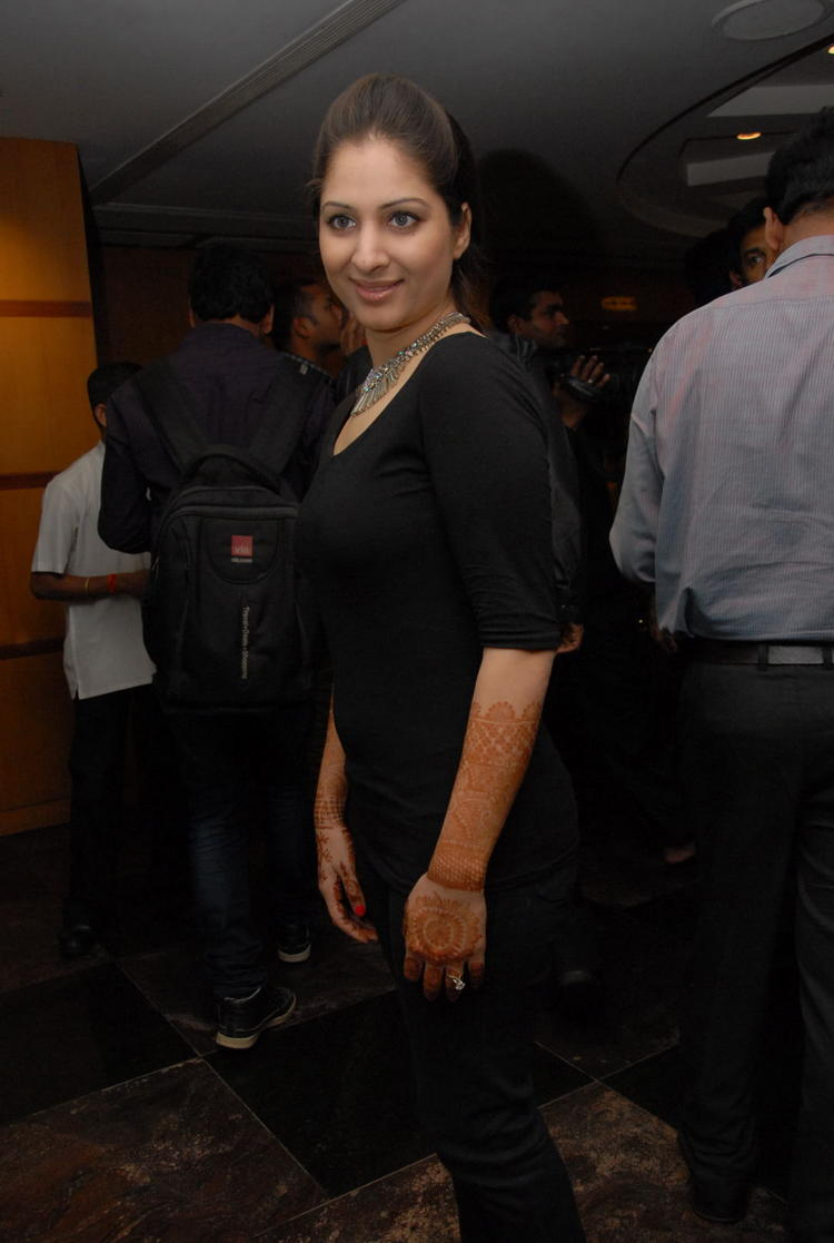 Gowri Photo Clicked At Crescent Cricket Cup 2012 Curtain Raiser Event