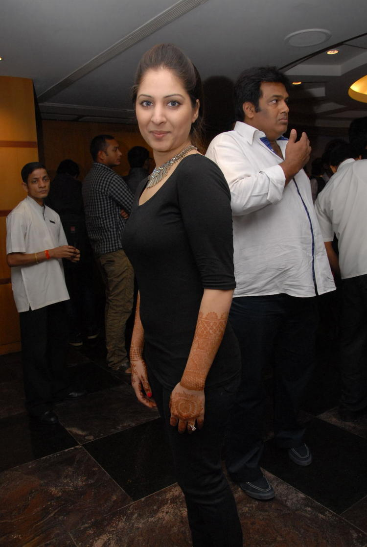 Gowri Posed For Camera At Crescent Cricket Cup 2012 Curtain Raiser Event