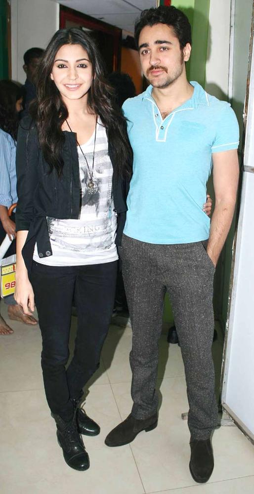 Anushka And Imran Posed For Camera At Radio Mirchi