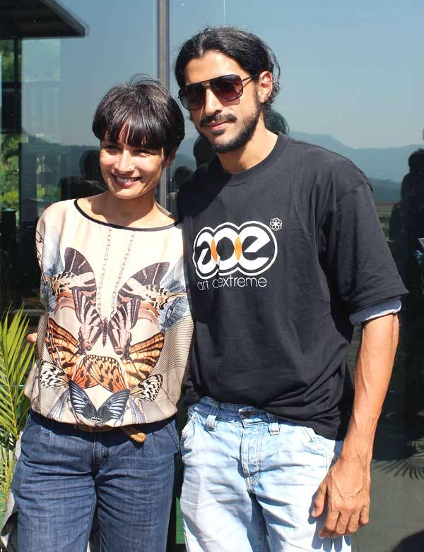 Farhan With Wife Adhuna At Aamby Valley Skydiving Event