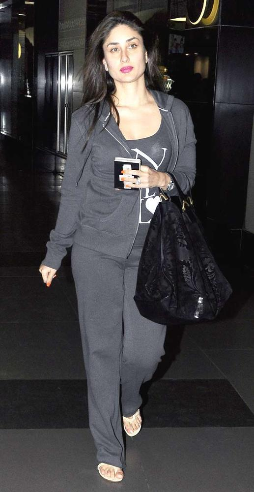 Kareena Kapoor Snapped At Airport In Mumbai On 6th Dec 2012