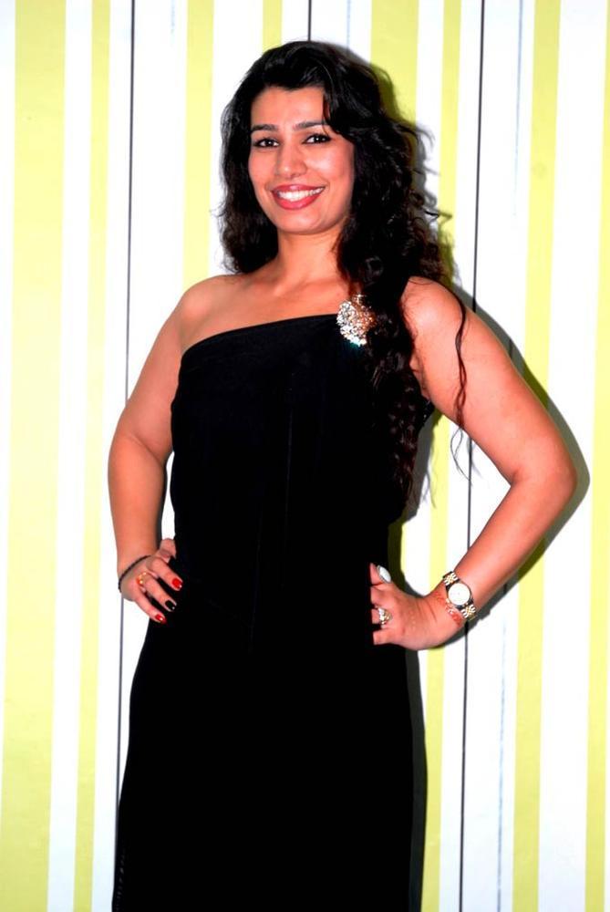 Mink Brar Sexy Photo Still In Black Dress