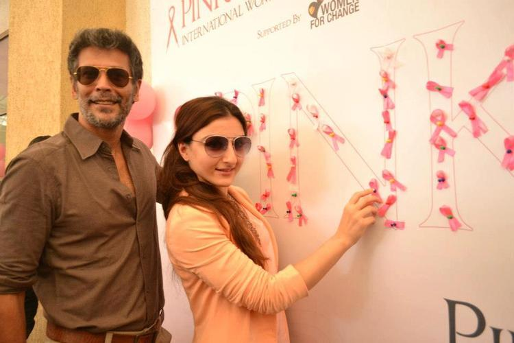 Milind And Soha Ali Posed For Camera At Pinkathon 2012 Meet Event