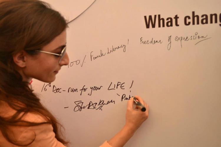 Soha Ali  Autograph Photo Clicked At Pinkathon 2012 Meet Event