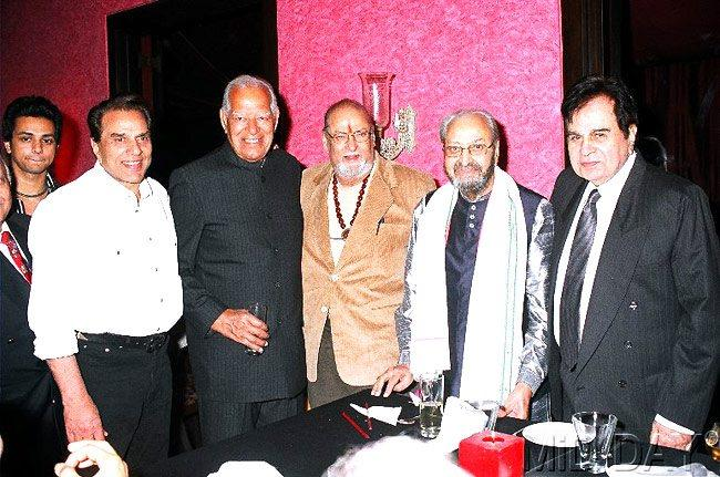 Dilip With Dharmendra,Dara,Shammi And Pran Clicked A Photo With Smiling Pose