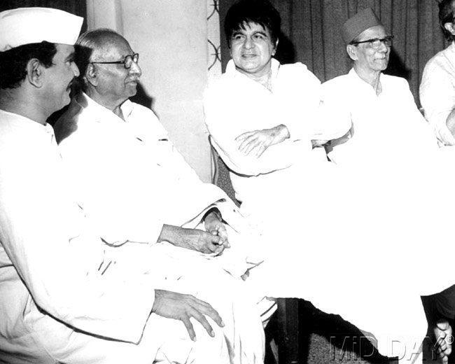 Dilip Kumar With Prabhakar Panshikar On The 1000th Show Of To Me Navhech