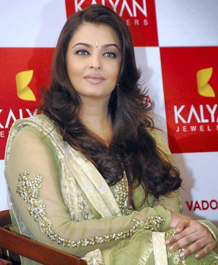Aishwarya Beautiful Look Posed At Kalyan Jewellers Showroom Inauguration