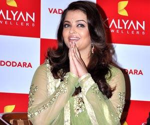 Aishwarya Greets Her Fans At Kalyan Jewellers Showroom