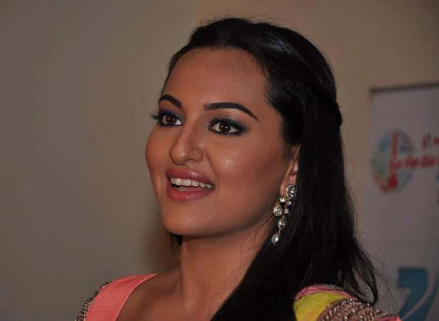 Sonakshi Sinha Sizzling Photo Clicked At Famous Studios