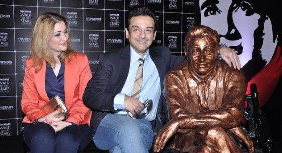 Celebs Are Posed With Dev Anand Brass Statue