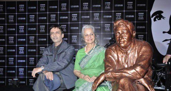 Dev Anand Son Suneil And Actress Waheeda Sit Alongside With Dev Anand Brass Statue