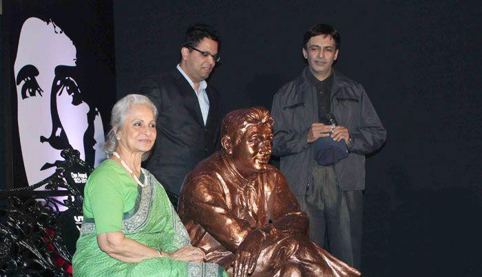 Waheeda Rehman And Suneil Anand Clicked A Photo With Dev Anand Statue