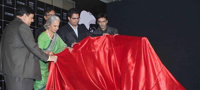 Waheeda Rehman Launches Dev Anand Brass Statue