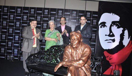 Waheeda Rehman Posed At The Launching Of Dev Anand Statue