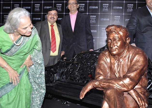 Waheeda Rehman Takes A Look At The Brass Atatue Of Dev Anand