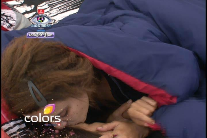 Aashka Kisses Sana On Bed In Bigg Boss 6