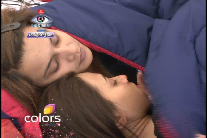 Sana And Aashka Colse To Each Other On Bigg Boss 6