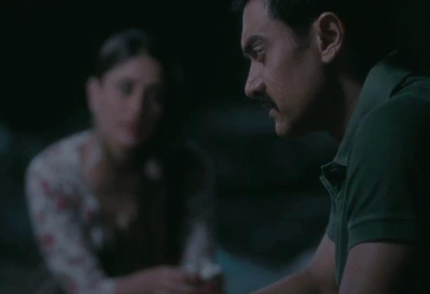 Kareena And Aamir Investigate Photo From Movie Talash