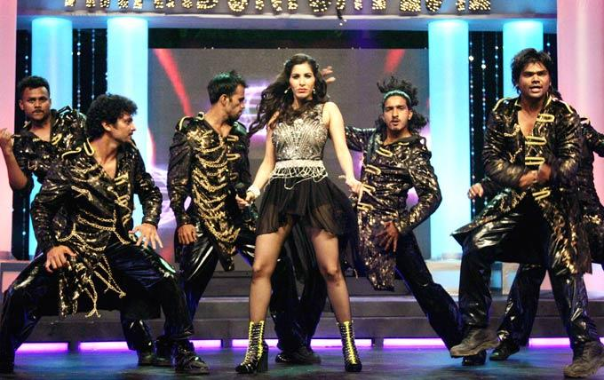 Sophie Choudry Rocking Dancing Performance At 1st Bright Awards 2012