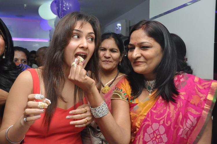 Manjari Cake Eating Photo At Naturals Salon At Vijayawada