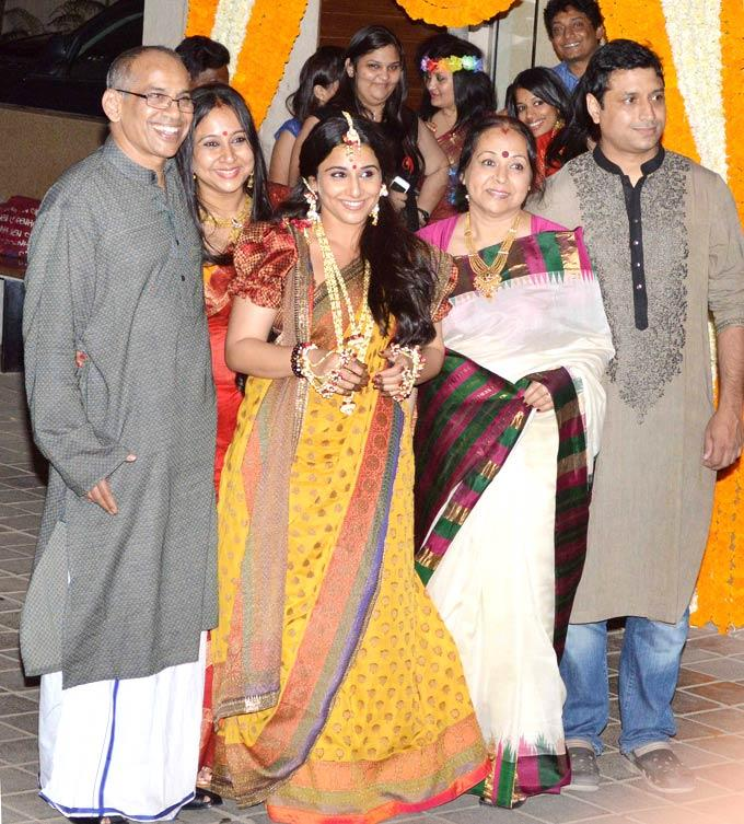 Vidya Posed With Her Family For Photographers At Her Mehendi Ceremony