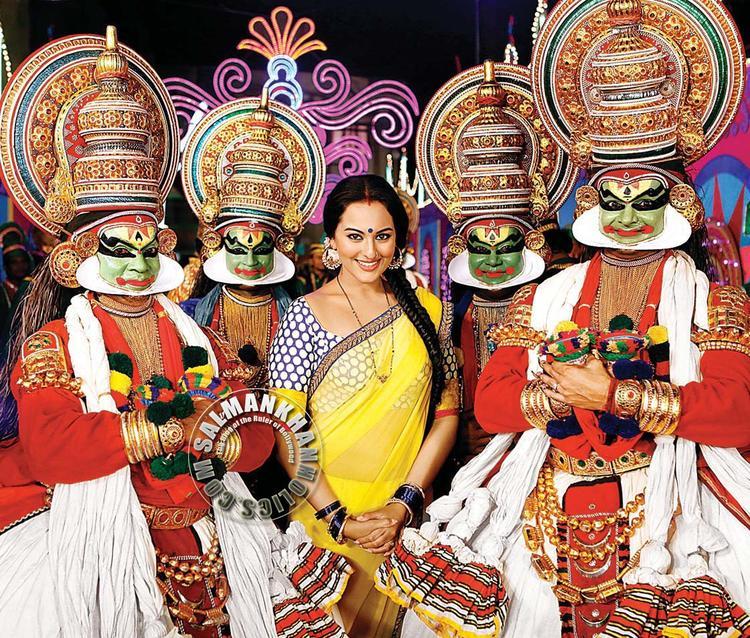 Sonakshi With Kathakali Dancers In Dabangg 2