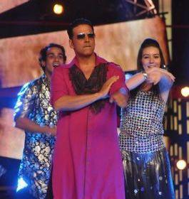 Akshay Shkes His Legs On Bigg Boss 6 For Promoting Khiladi 786