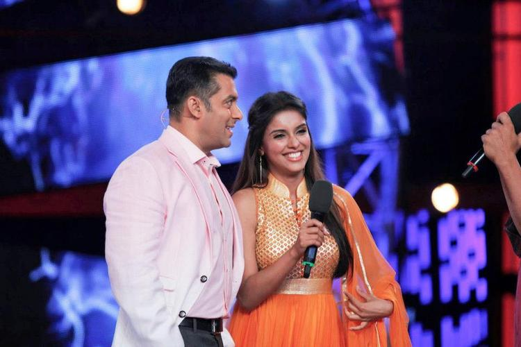 Salman And Asin Smiling Moment During The Promotion Of Khiladi 786 On Bigg Boss 6